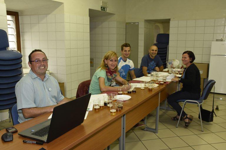 komisija-ocenjuje-vzorce-piva